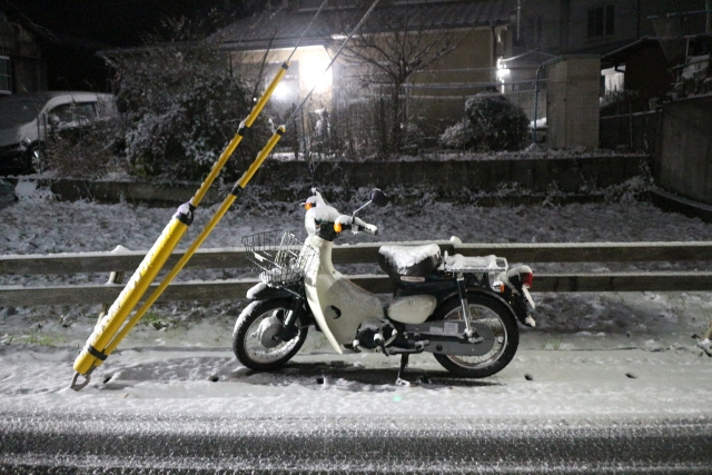 雪の中のスーパーカブ