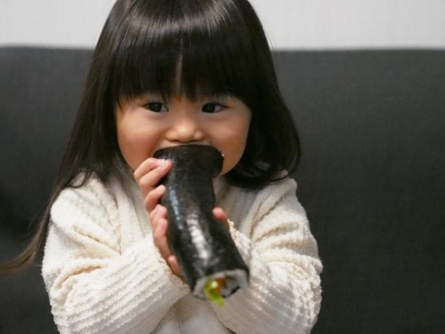 恵方巻を食べる子供