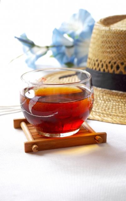 猛暑対策麦茶と帽子
